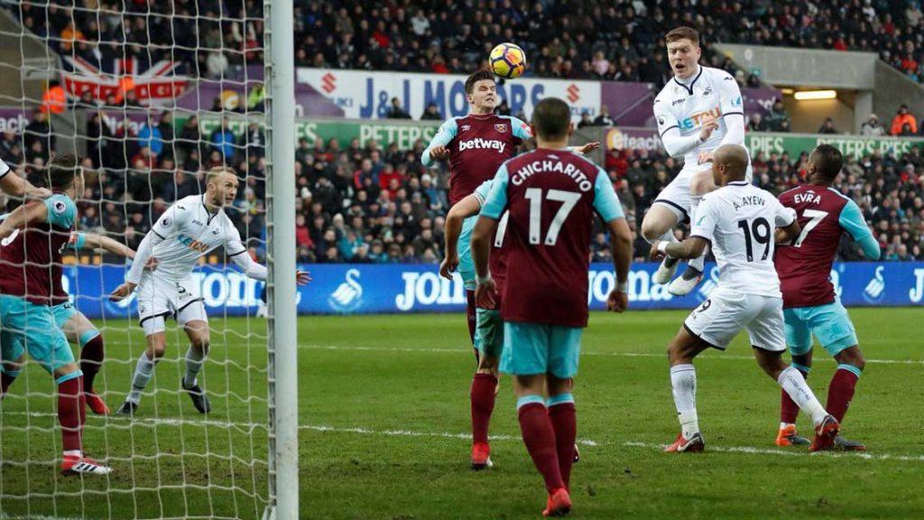 Chicharito y West Ham son goleados por el Swansea