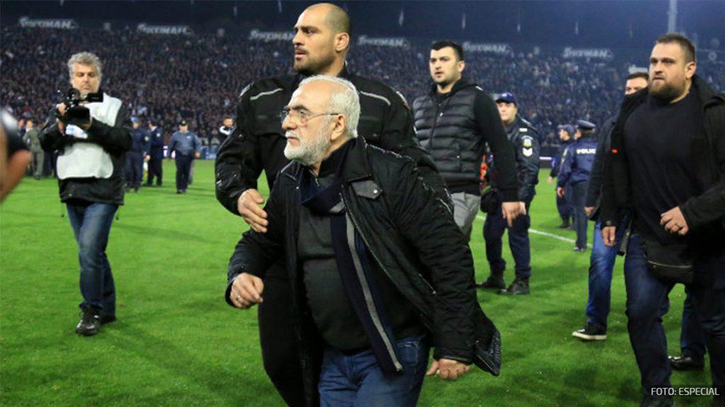 Presidente del PAOK ingresa con guardaespaldas a juego y lo interrumpe