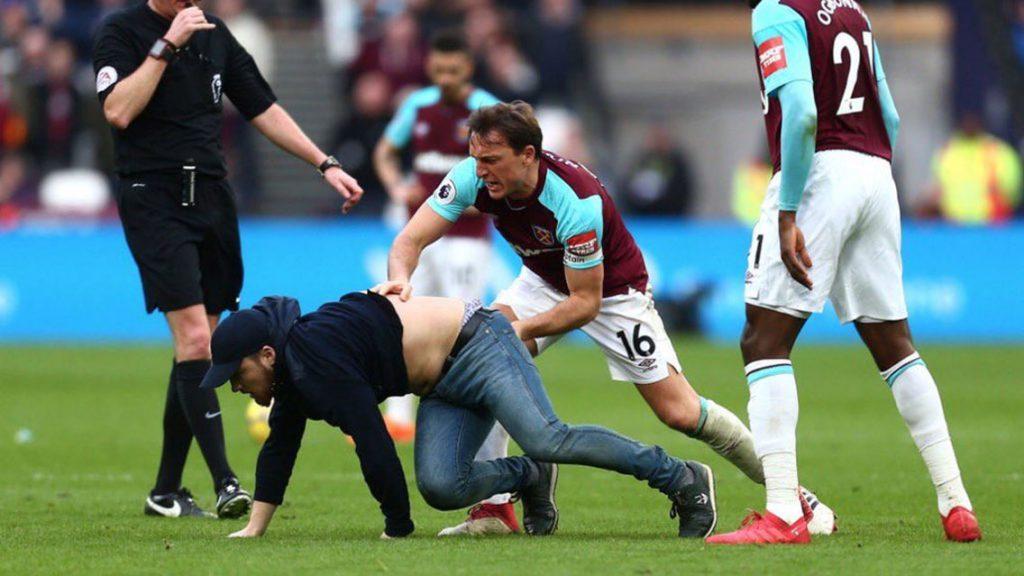 Aficionados de West Ham, furiosos se meten a la cancha